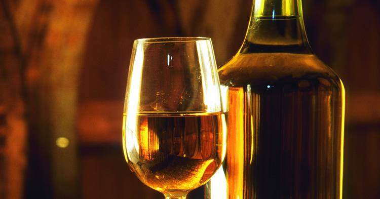 vino-amarillo-bota-copa